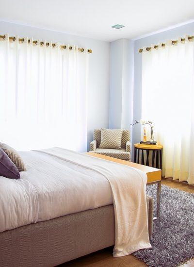 white-bed-comforter-during-daytimne-90317